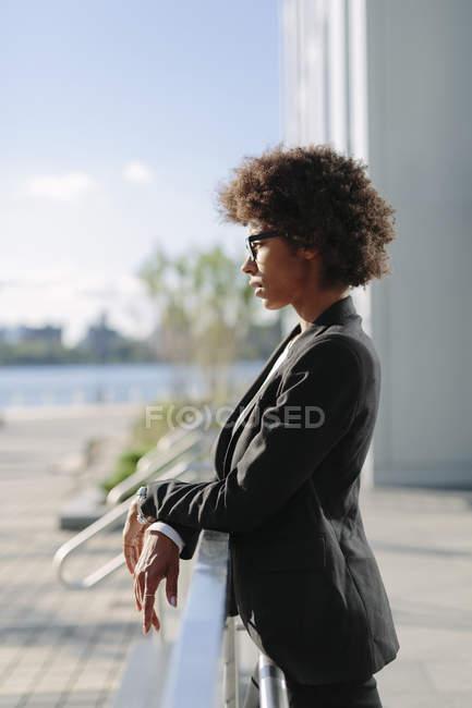 Профілі бізнес-леді спершись на перила — стокове фото
