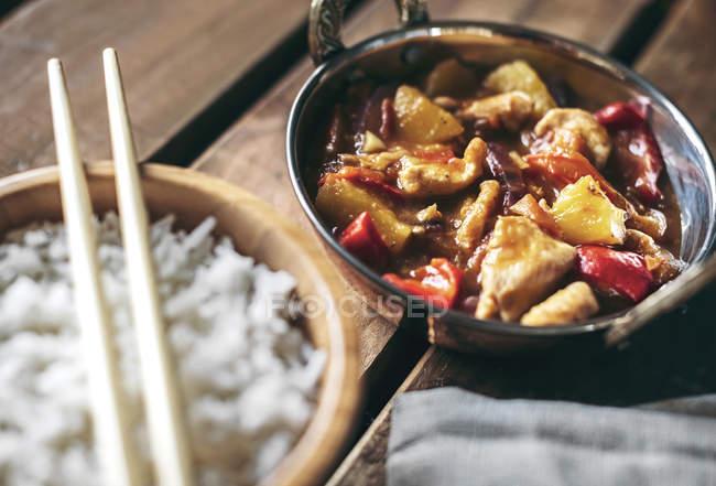 Schüsseln mit chinesischem scharfem Hühnergericht und Reis — Stockfoto