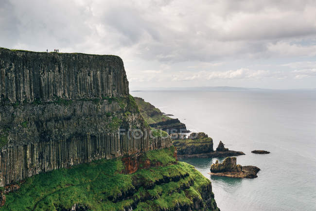 Великобритания, Северная Ирландия, Антрим, базальта и песчаника скалы на побережье Козуэй — стоковое фото