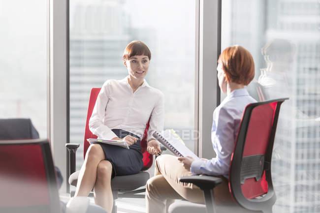 Два предпринимателей, говорить на офисные стулья — стоковое фото