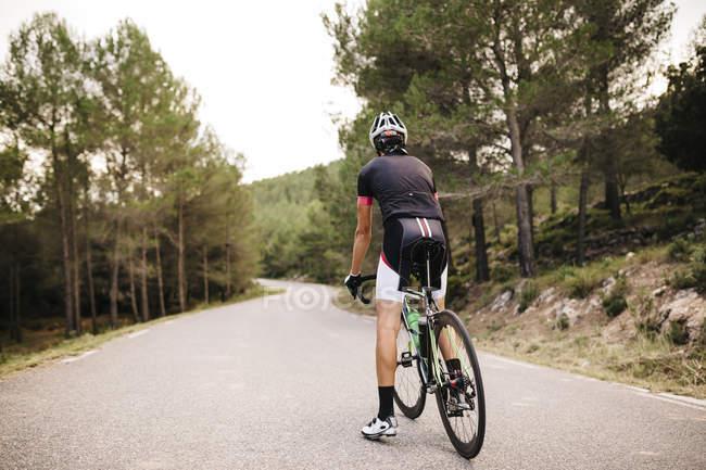 Велогонщик с велосипедным спортом — стоковое фото