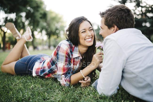 Verliebtes Paar liegt auf Wiese — Stockfoto