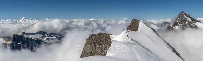 Svizzera, Alpi Bernesi occidentali, Gasterntal, Balmhorn, Zackengrat circondato da nuvole — Foto stock