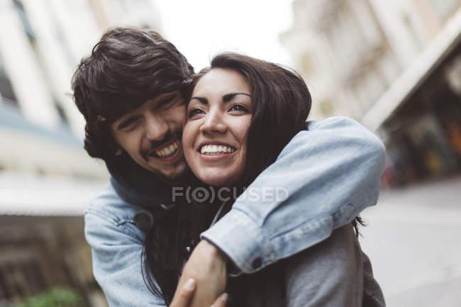 Couple heureux câlins dans la ville — Photo de stock