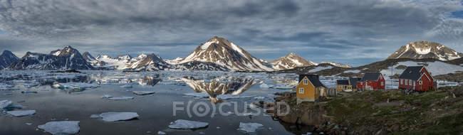 Groenlândia, Schwei=, Kulusuk, vista de montanhas e lago a pé com casas durante o dia — Fotografia de Stock