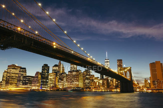 États-Unis, New York, New York, Manhattan, Brooklyn Bridge et skyline pendant une nuit d'été — Photo de stock