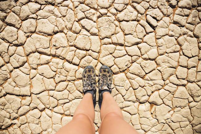 Namíbia, deserto do Namibe, Sossusvlei, sapatos de Trekking na seca terra rachada — Fotografia de Stock