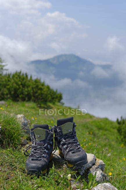 Germany, Bavaria, Hirschberg, hiking shoes with mountains on the background — Stock Photo