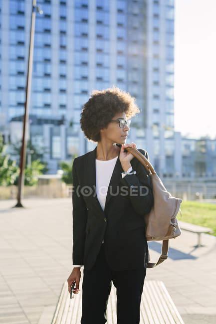 Geschäftsfrau mit Tasche schaut auf der Straße weg — Stockfoto
