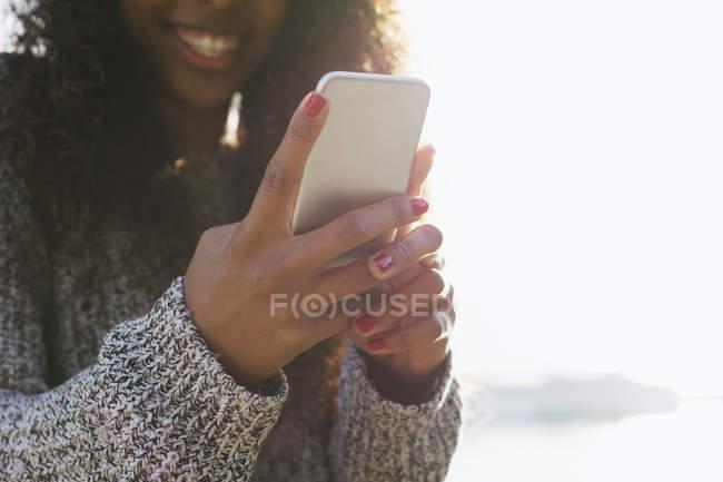 Mãos de mulher jovem segurando smartphone — Fotografia de Stock