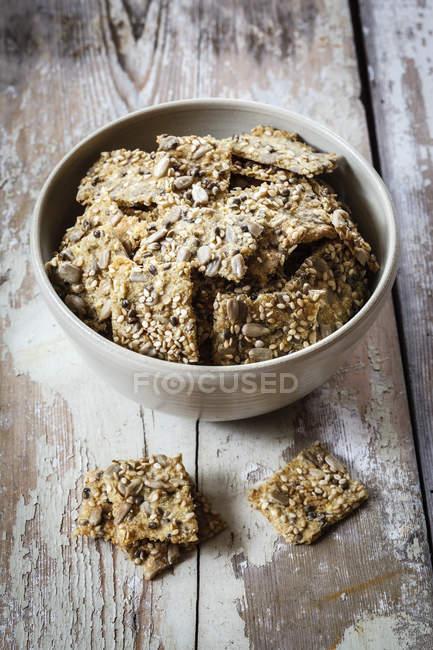 Saatkräcker mit Hanfsamen in Schale auf Holz — Stockfoto