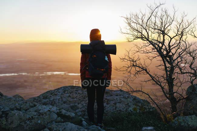 Espagne, Catalogne, Gérone, randonneuse dans la nature regardant le lever du soleil — Photo de stock