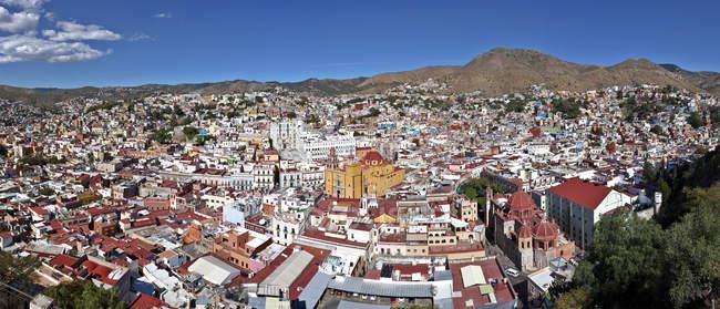 México, Guanajuato, Vista aérea del paisaje urbano en tiempo soleado - foto de stock