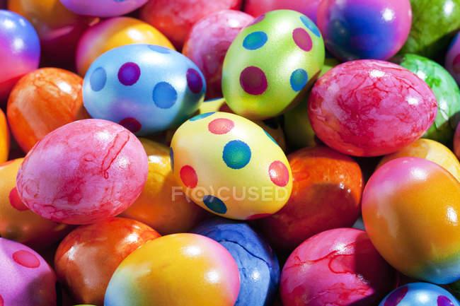 Close-up de pilha de ovos de Páscoa coloridos — Fotografia de Stock