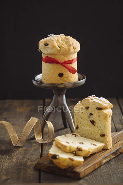 Домашней выпечки мини панеттоне, деревянный поднос и торт стенд — стоковое фото