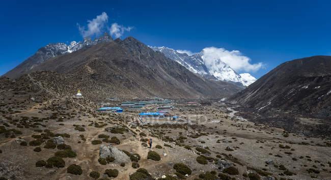 Nepal, Himalaya, Khumbu, regione dell'Everest, Dingboche e Monte su priorità bassa — Foto stock