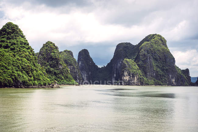 Vietnam, Gulf of Tonkin, Vinh Ha Long Bay and rocks against water — Stock Photo