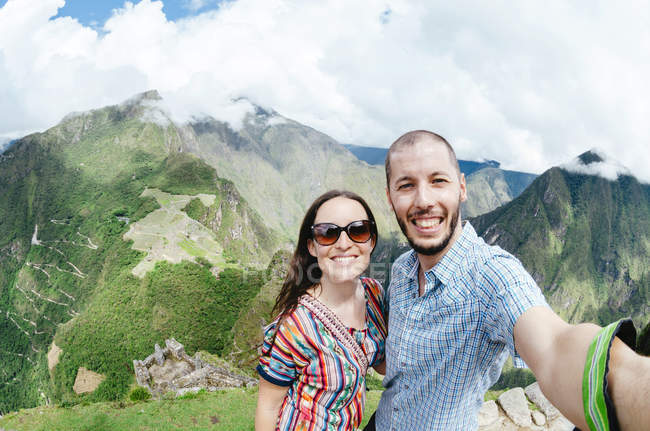 Pérou, région de Machu Picchu, Travelling couple prenant selfie — Photo de stock