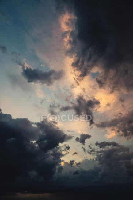 Перегляд Thunderclouds на вечірнє небо — стокове фото