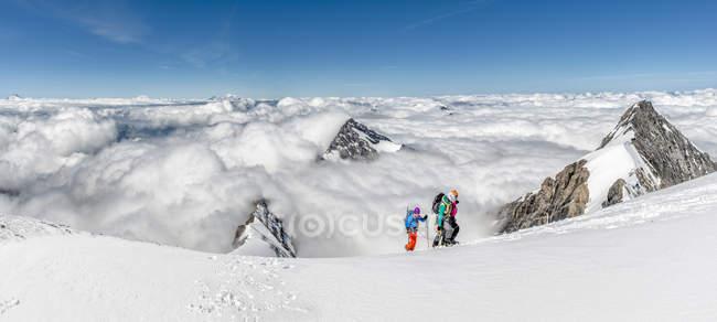 Schweiz, Berner Westalpen, Bergsteigerinnen im Balmhorngebiet — Stockfoto