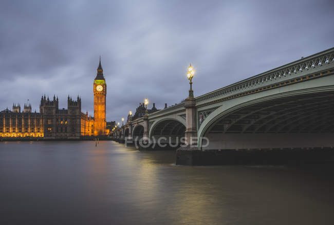 United Kingdom, England, London, Westminster Bridge und Westminster Palace in the evening — Stock Photo