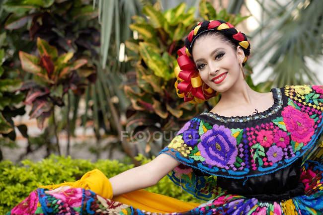 Фольклорные мексиканской танцор, ношение традиционной одежды — стоковое фото