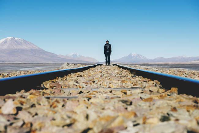 Bolivia, Potosi, uomo che cammina sulla ferrovia tracce attraverso l'altipiano boliviano — Foto stock
