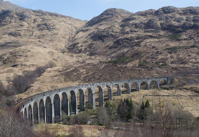 Royaume-Uni, Écosse, Highlands écossais, Glenfinnan Viaduc contre le rock — Photo de stock