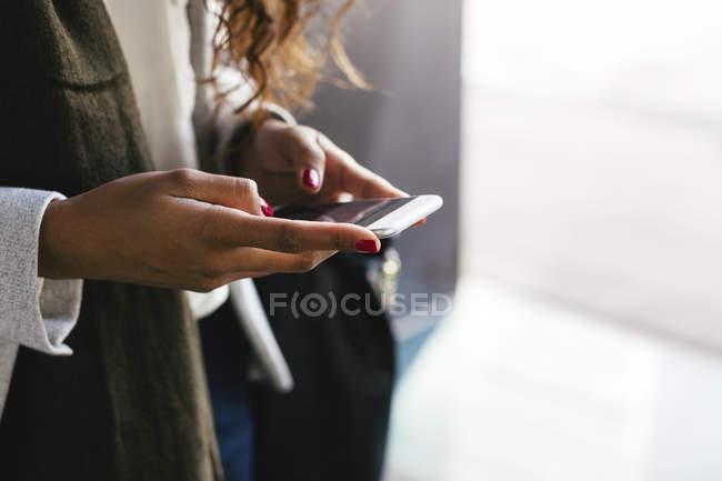 Nahaufnahme von Frau SMS Nachricht auf smartphone — Stockfoto