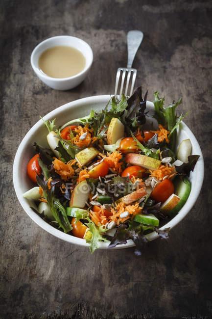 Salada mista fresca com couve-rábano, tomate e pepino em madeira — Fotografia de Stock