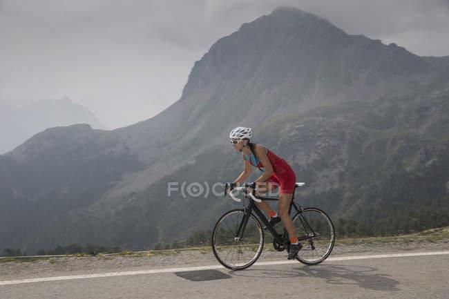 Suíça, Engadin, ciclista no Bernina Pass — Fotografia de Stock