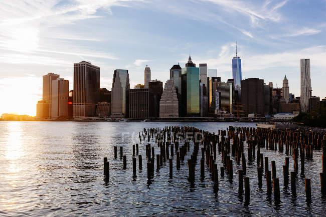États-Unis, New York, New York, Manhattan, Skyline et East River au coucher du soleil — Photo de stock