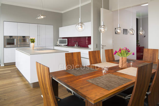 Interior of modern flat, Dining area and open plan kitchen — Stock Photo