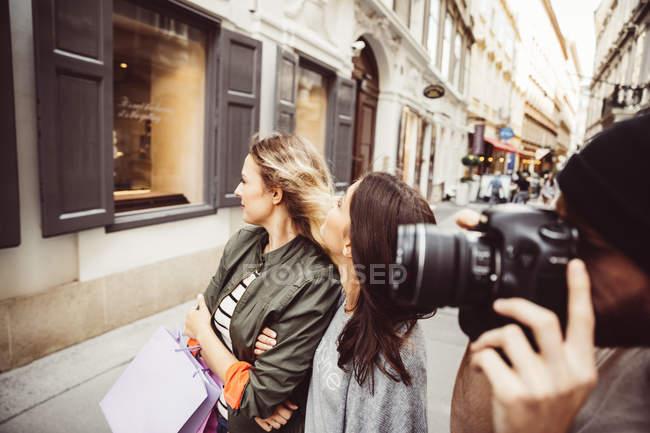 Austria, Vienna, tre turisti alla scoperta del centro storico, uomo con macchina fotografica — Foto stock