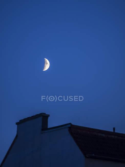 Alemania, Hamburgo, Media luna en la azotea a la hora azul - foto de stock