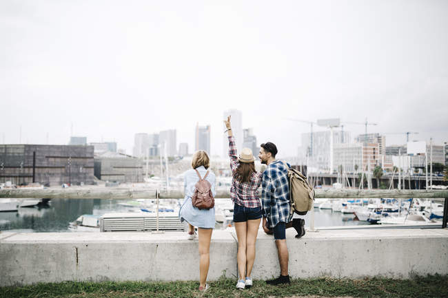 Friends looking at view in city — Stock Photo