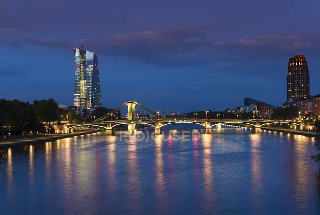 Alemanha, Frankfurt, Rio Meno com o Banco Central Europeu, BCE torre à noite — Fotografia de Stock