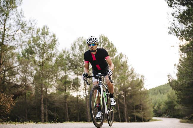 Велогонщик на велосипеде — стоковое фото