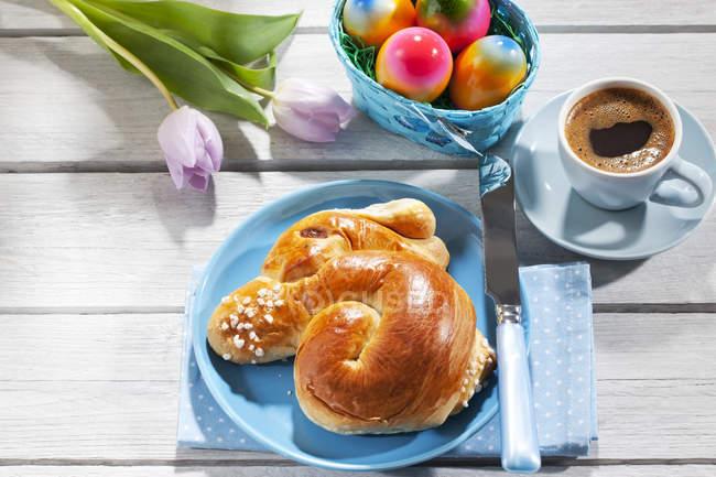 Завтрак с Окрашенные пасхальные яйца, кофе и выпечка Пасхи — стоковое фото