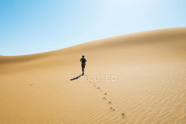 Намибия, пустыня Намиб, Sossusvlei, человек идет через дюны — стоковое фото