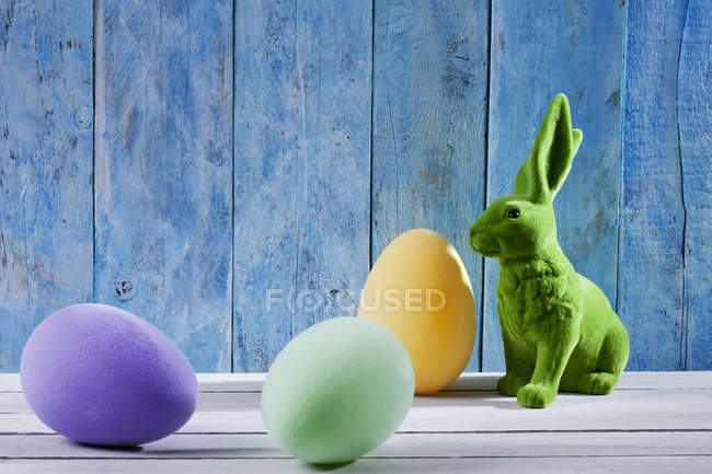 Easter decoration with green Easter bunny and three eggs — Stock Photo