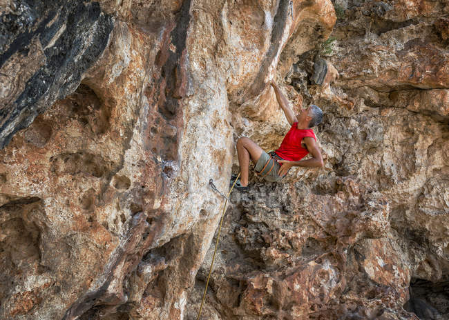 Malta, Ghar Lapsi, McCarthey's Cave, rock climber on the cliff — Stock Photo
