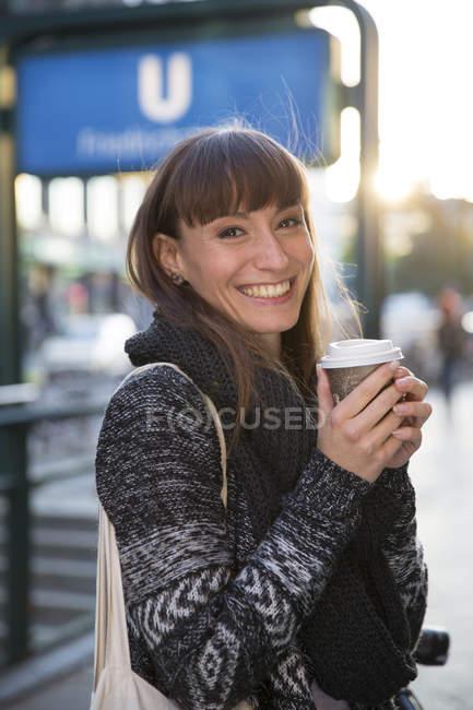 Ritratto di giovane donna felice con caffè da portare — Foto stock