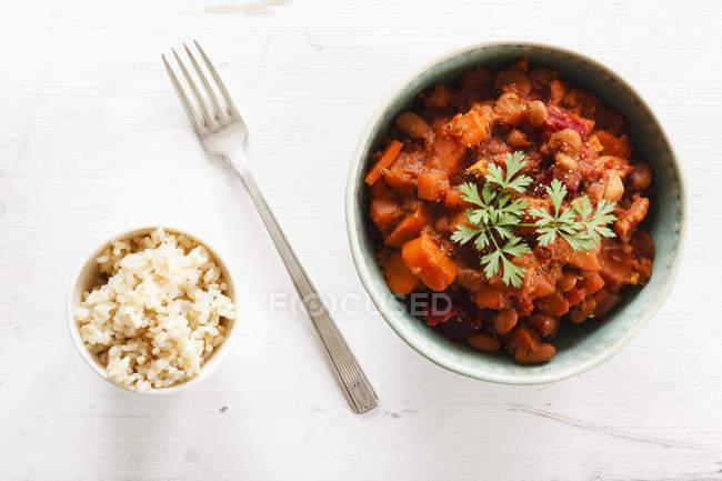 Ciotola di peperoncino vegetariano sin carne su fondo bianco — Foto stock