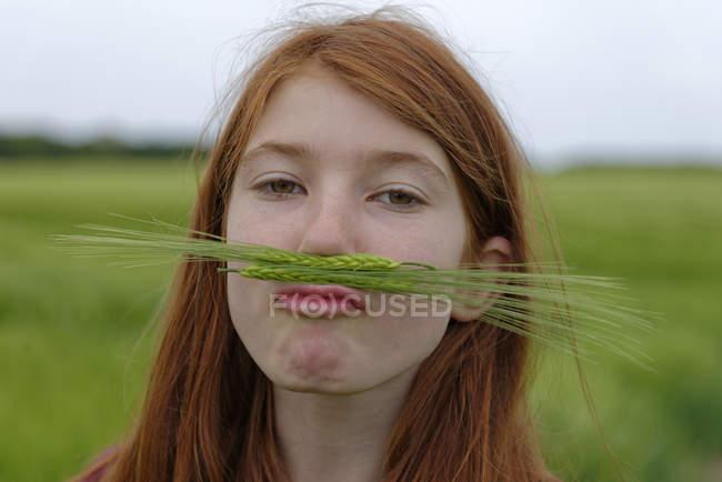Retrato de menina adolescente com bigode de cevada — Fotografia de Stock