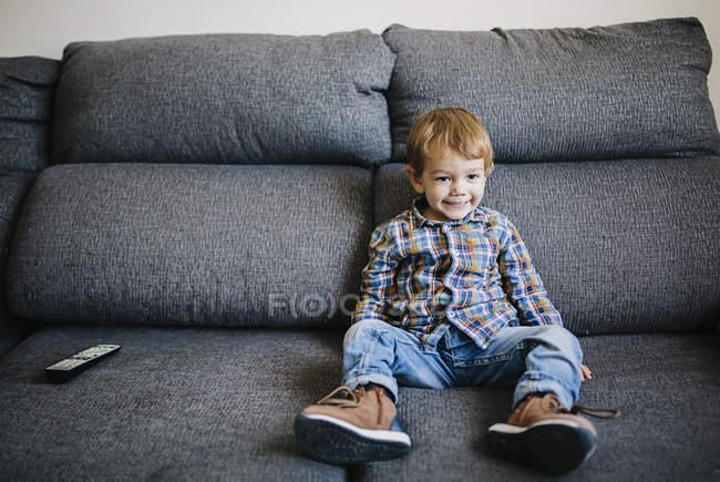 Petit garçon en regardant la tv — Photo de stock