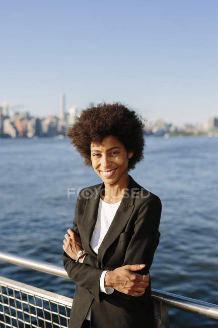 USA, New York City, portrait d'une femme d'affaires souriante à l'extérieur — Photo de stock