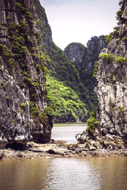В'єтнам, Тонкінська, Vinh Ha Long Bay та скелі над водою — стокове фото