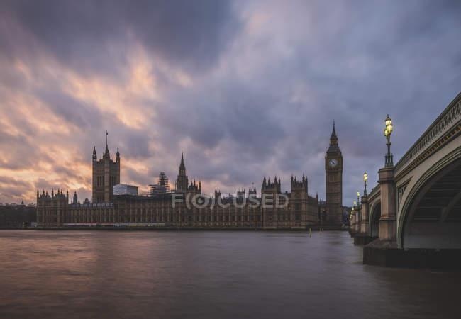 United Kingdom, England, London, Westminster Bridge and Westminster Palace — Stock Photo