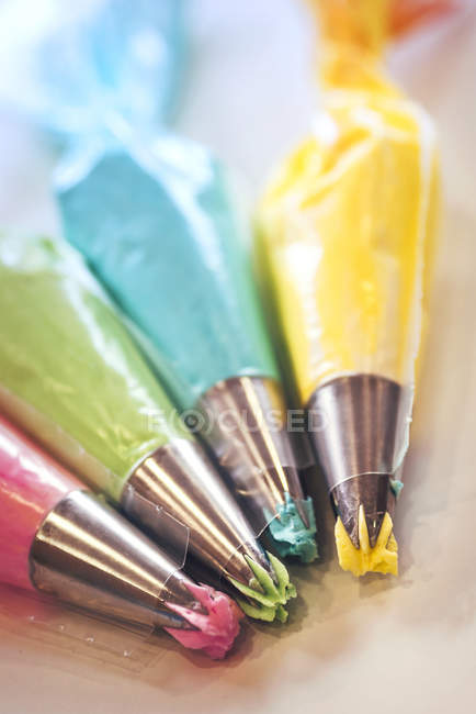 Вид крупным планом цветных глазурных мешков — стоковое фото